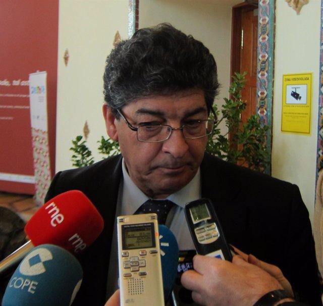 Diego Valderas, ante los medios