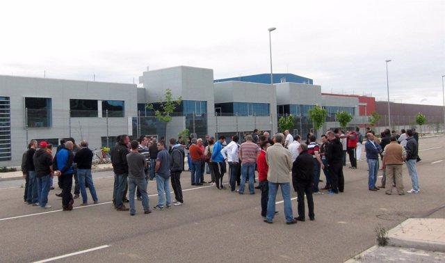 Concentración de trabajadores de Metales a las puertas de la fábrrica