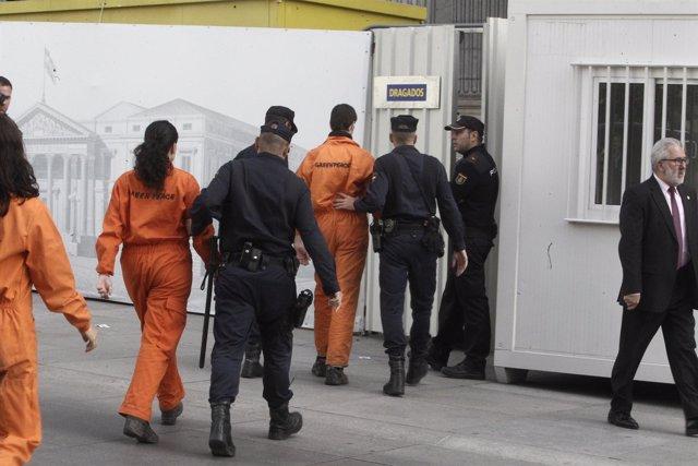 Activistas de Greenpeace, detenidos tras protestar por ley de Costas
