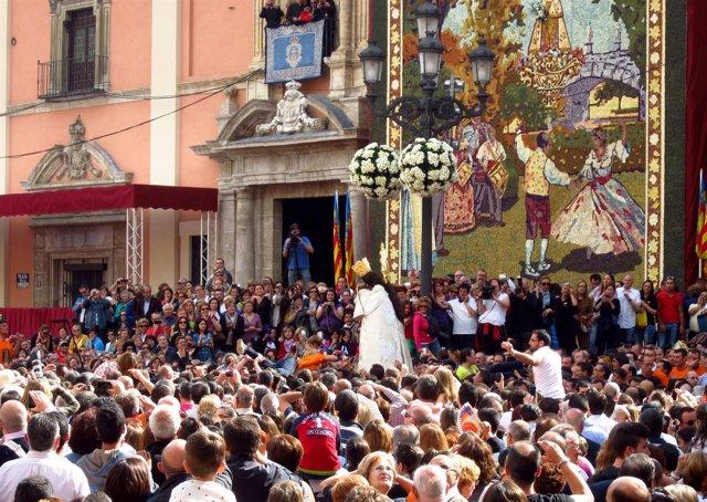 La imagen de la Mare de Déu dels Desamparats a su salida de la Basílica