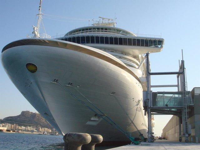 Crucero Azura En El Puerto De Alicante
