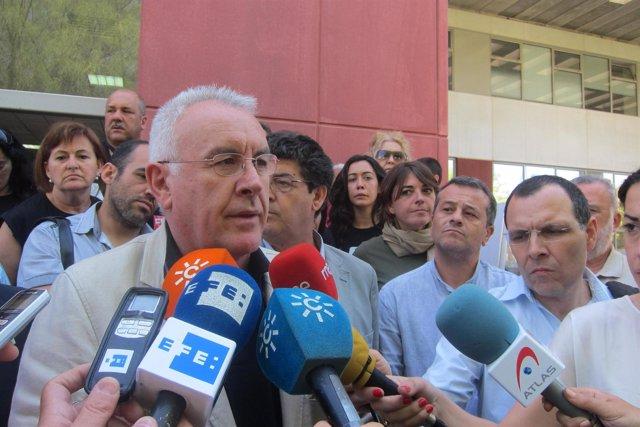 El coordinador federal de IU, Cayo Lara, atiende a los medios en Sevilla
