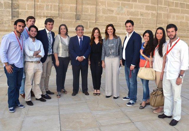 Zoido, Martínez y Jiménez Becerril con miembros de NNGG