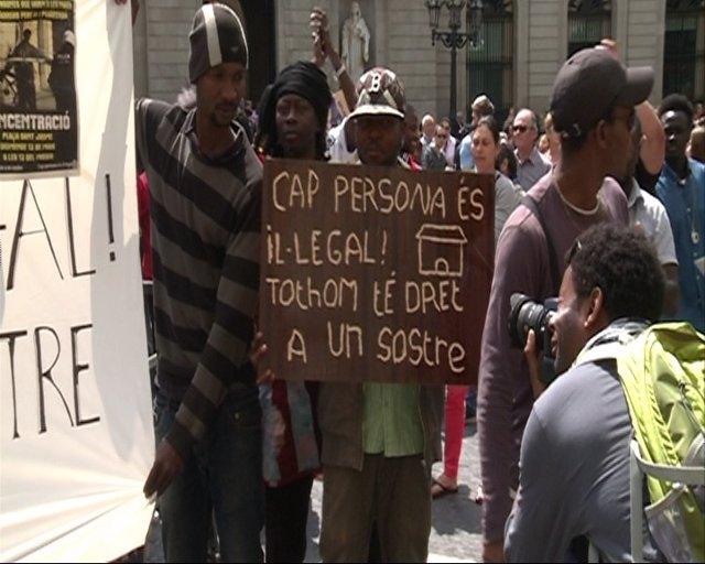 Concentración contra desalojos de inmigrantes en Poble Nou