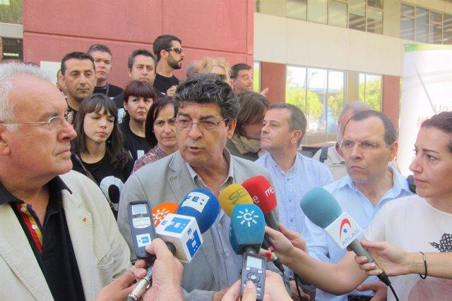 Diego Valderas, en declaraciones a los periodistas en Sevilla