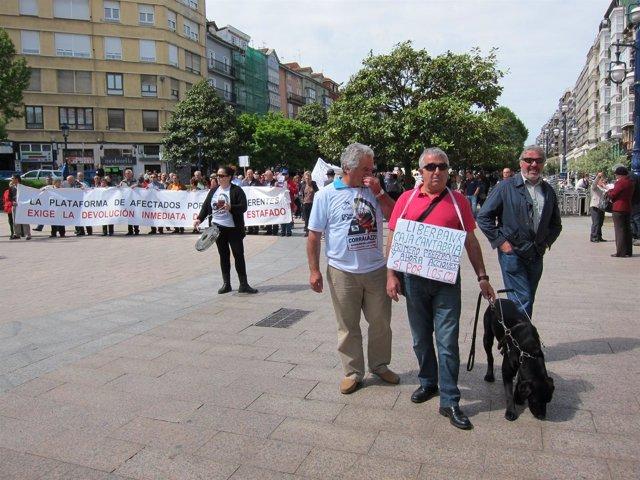 Afectados por preferentes de Cantabria se manifiestan en Santander