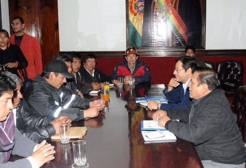 Las delegaciones del Gobierno y la COB en la reanudación del diálogo.