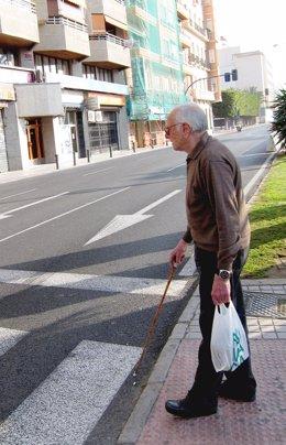 Una Persona Mayor Cruza Por Una Calle De Alicante