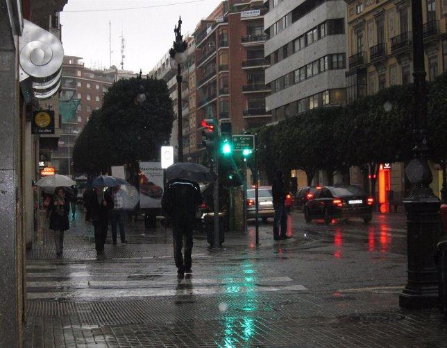 Lluvia en una calle del centro de Valencia