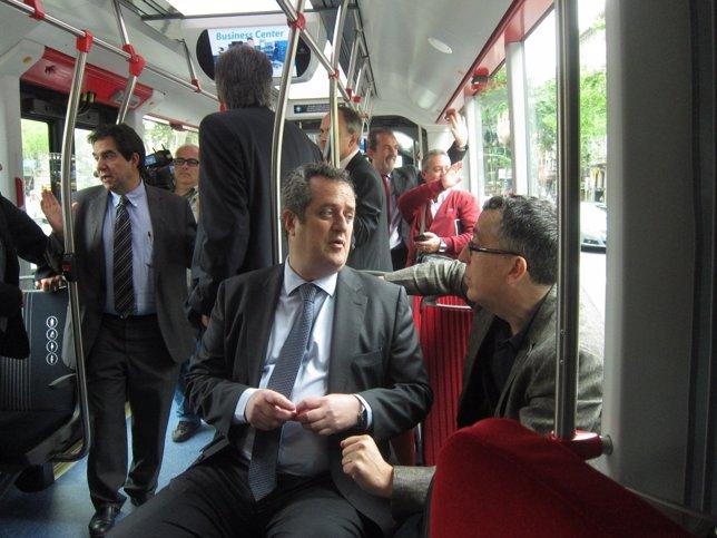 Joaquim Forn en el nuevo bus biarticulado híbrido de Barcelona, línea H12
