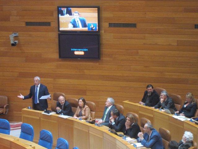 Pachi Vázquez pregunta a Feijóo, que aparece en la pantalla, en el Parlamento