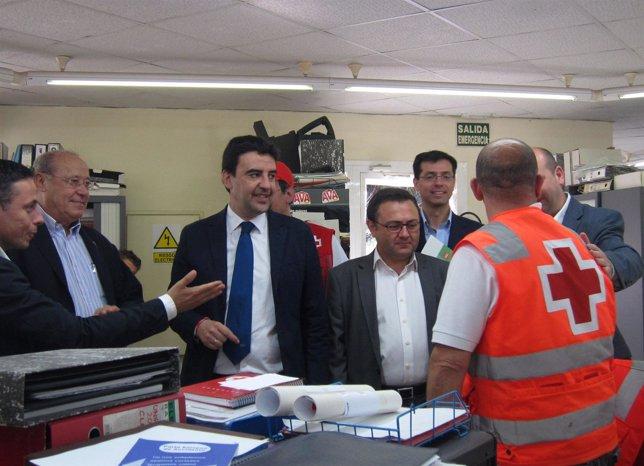 Mario Jiménez visita las instalaciones de Cruz Roja en Málaga