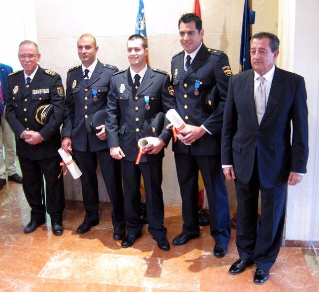 En el centro, los tres agentes condecorados con la Medalla de Protección Civil