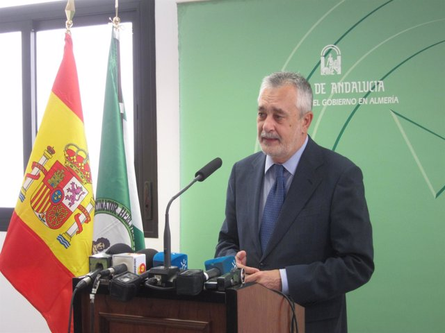Griñán atiende a los medios tras inaugurar centro de salud de Gádor