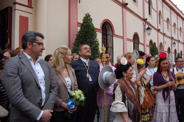 Momento de la ofrenda floral a las puertas del Ayuntamiento.