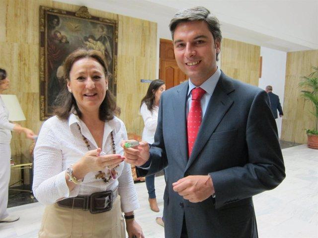Ruiz recibe de Lorite un lápiz de memoria con las auditorias