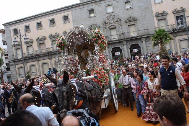 Hermandad del Rocío de Emigrantes en la puerta del Ayuntamiento de Huelva.