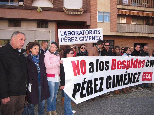 Moro (izda.) con los trabajadores de Pérez Giménez ante el juzgado