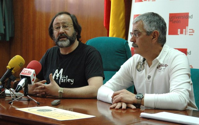 El naturalista Luis Miguel Domínguez (izquierda) en la Universidad de León
