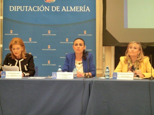 En el centro, la diputada Elisa Fernández