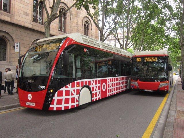 Bus híbrido biarticulado de la nueva red (H12) y uno convencional en Gran Via