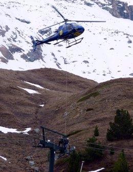 Desmontaje del telesilla Basibé, en Cerler, con la ayuda de un helicóptero