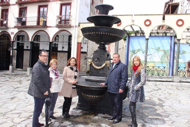 El alcalde con una de las promotoras de los 'Voluntarios de la Puebla Vieja'