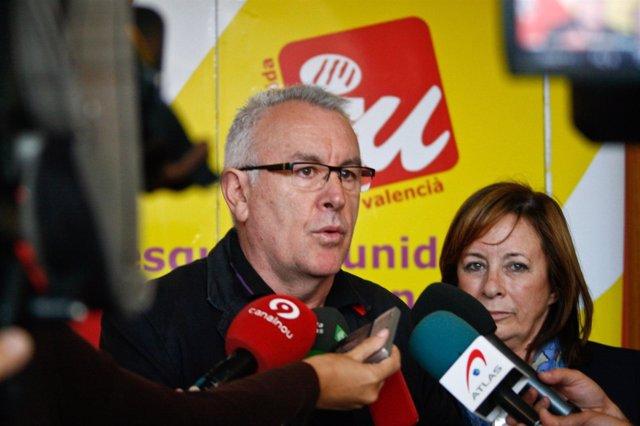 El coordinador de IU, Cayo Lara, junto a Marga Sanz