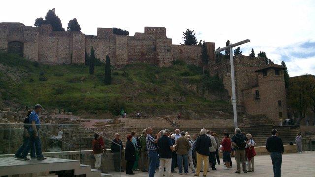Turistas en el Teatro Romano de Málaga