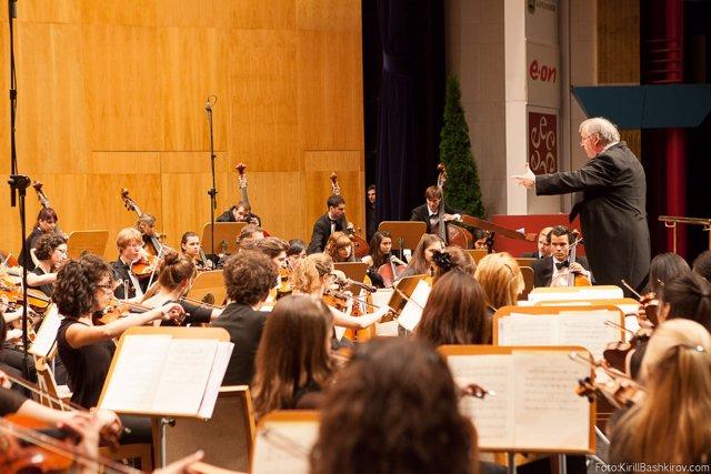 Peter Csaba dirigiendo a la orquesta Freixenet