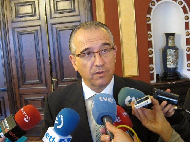 El alcalde de Pamplona, Enrique Maya, atendiendo a los periodistas