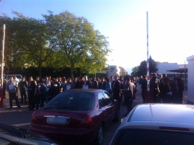 Concentración de funcionarios en la entrada de Picassent