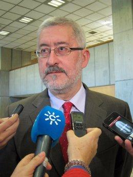 El consejero andaluz Antonio Ávila atiende a los periodistas