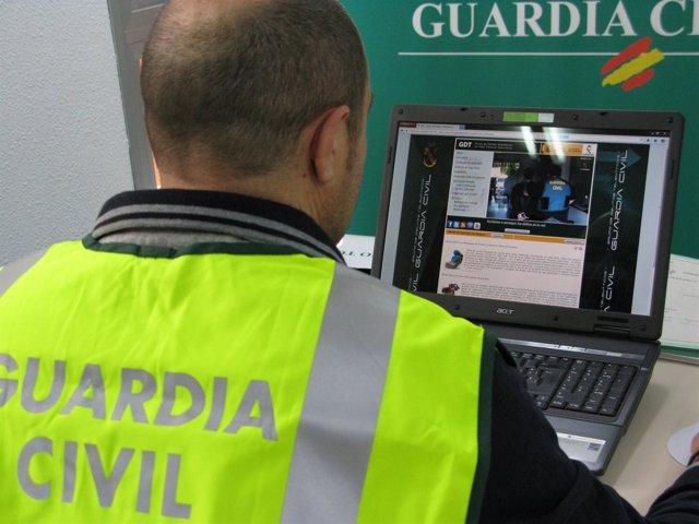 Guardia Civil investigando delitos informáticos