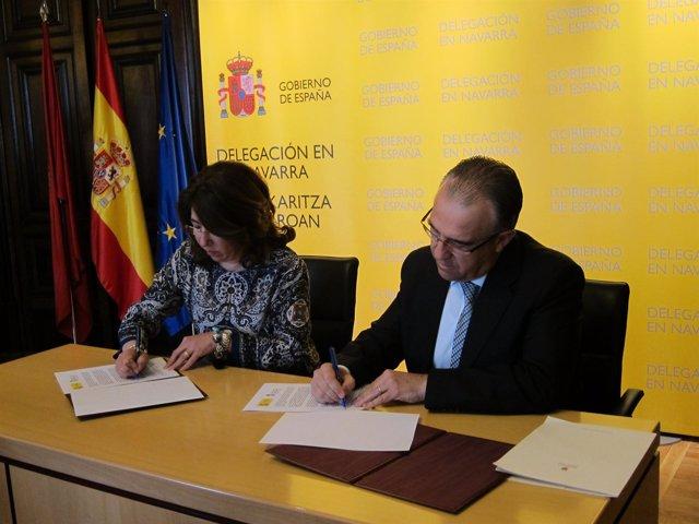 La delegada del Gobierno y el alcalde de Pamplona firmando el convenio