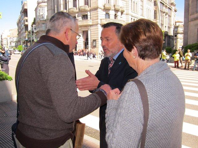 Dos afectados por preferentes abordan al conselleiro de Medio Ambiente en Vigo
