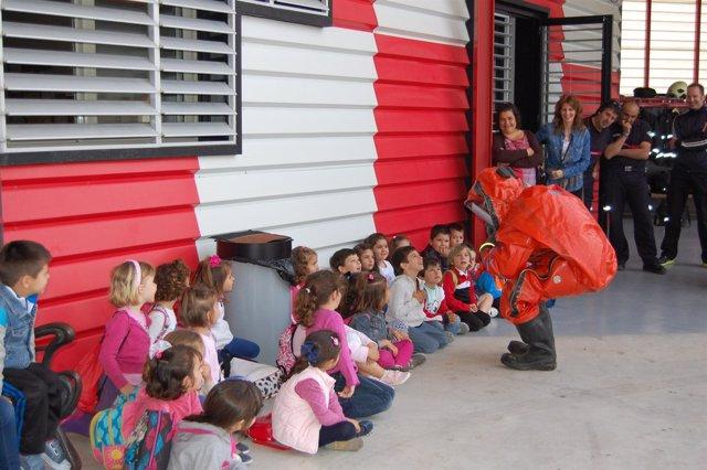 Visitas de escolares al parque de bomberos alcalareño.