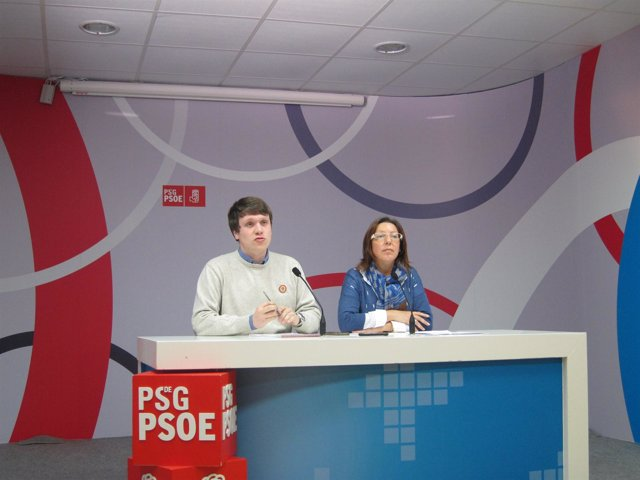 Aitor Bouza y Carmen Gallego presentan una iniciativa del PSdeG ante la prensa