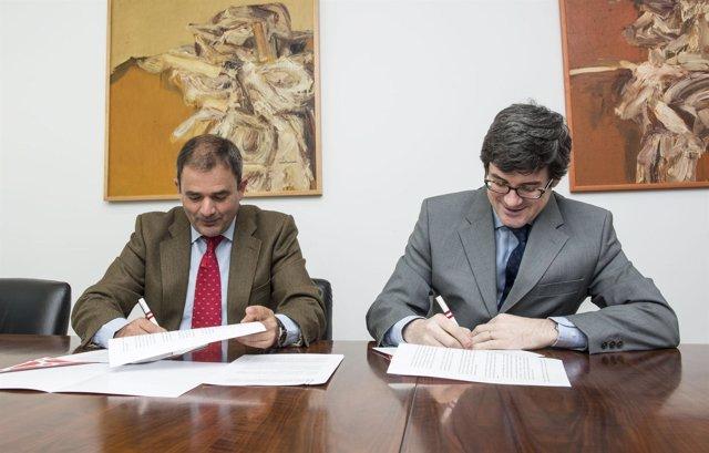 Sáenz de Miera e Iribas firman el convenio.