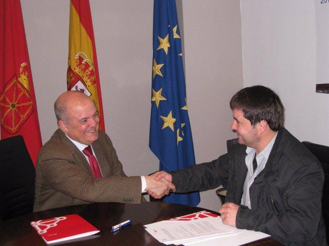 Luis Zarraluqui, y el alcalde de Adiós, Andrés Pérez Goñi.
