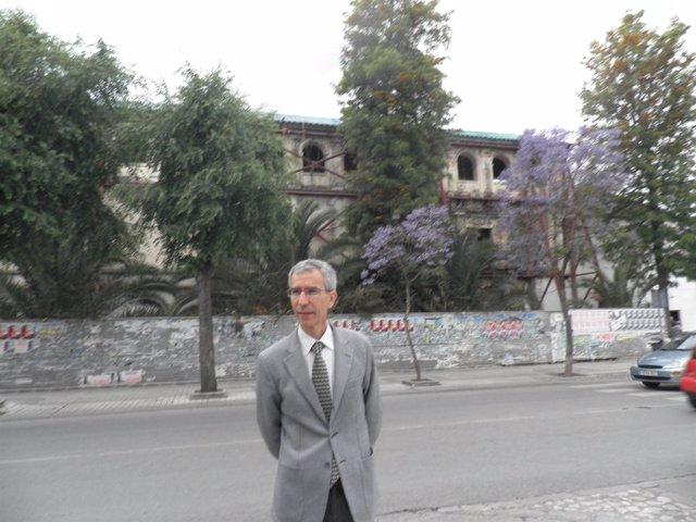 Francisco Jiménez ante la Casa Surga.