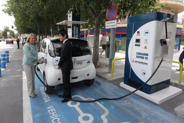 Alcaldesa de Marbella recargando un coche eléctrico