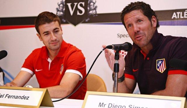 El entrenador Diego Simeone y el jugador Gabi del Atlético de Madrid en Singapur