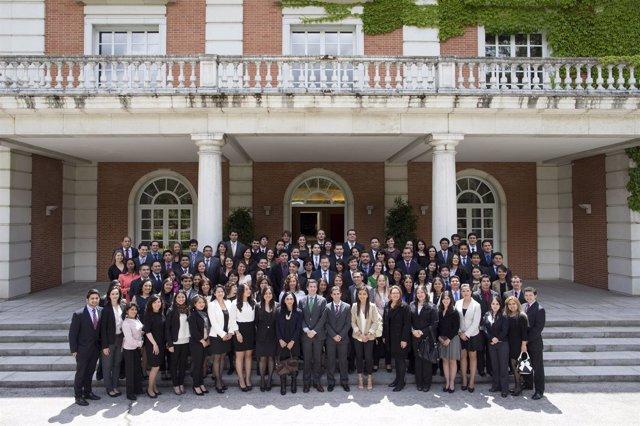 Mariano Rajoy recibe a estudiantes de la Fundación Carolina