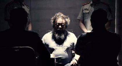 El artista chino Ai Weiwei protesta por su detención en su primer videoclip