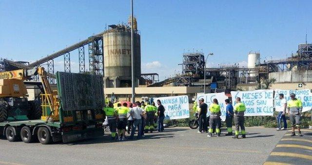Trabajadores de Grainsa en asamblea durante la concentración