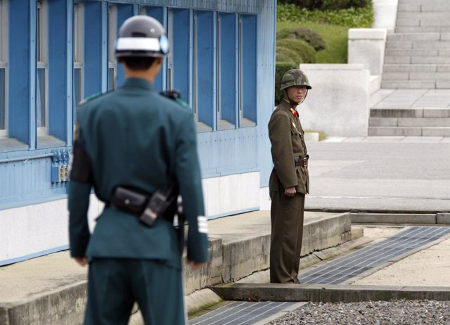 Soldados de las dos Coreas en la frontera
