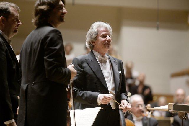 El maestro germano Hartmut Haenchen dirige a la Orquesta de Valencia.