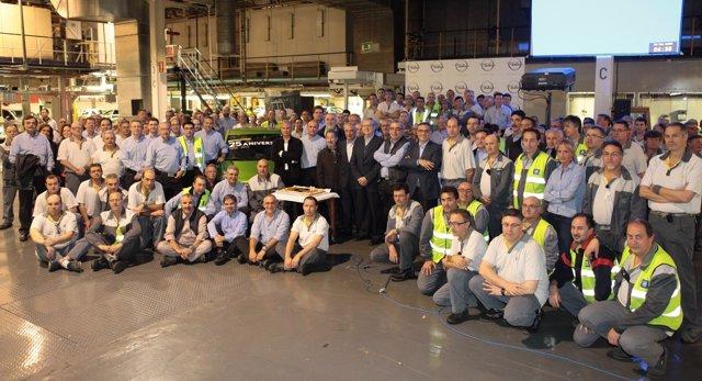 Directivos y empleados celebrando el 25º aniversario del turno de noche