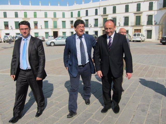 Valderas (centro) , junto al alcalde de Aguilar, a su llegada el municipio